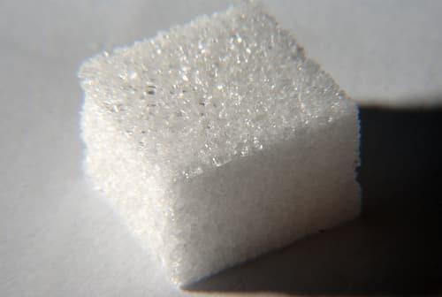 Manger moins de sucre pour garder des dents saines ! Un morceau de sucre. Image Copyright © Frédéric BISSON.